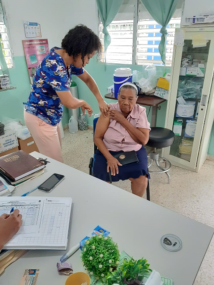 Región Enriquillo Inician jornada de vacunación en adultos mayores.